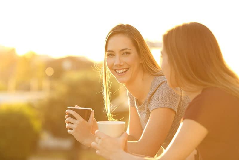 Schwestern trinken zusammen Kaffee