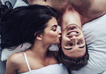 Nahaufnahme des glücklichen Paares liegt zusammen im Bett.