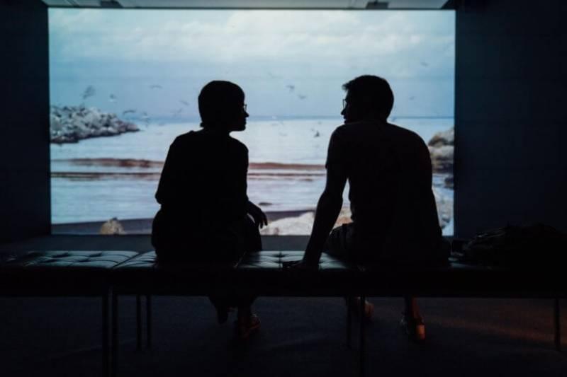 Silhouette des Paares, das ein Gespräch hat