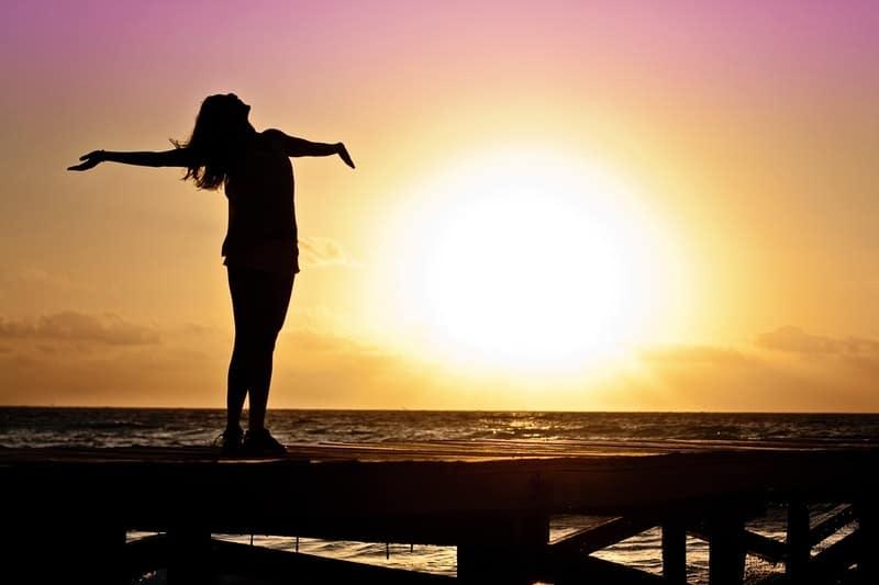 Silhouette einer Frau bei Sonnenuntergang