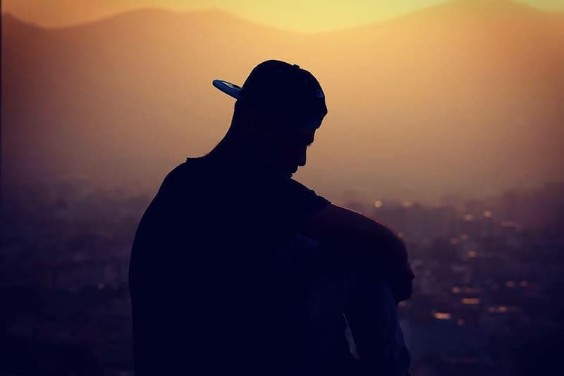 Silhouette eines Mannes, der eine Kappe trägt
