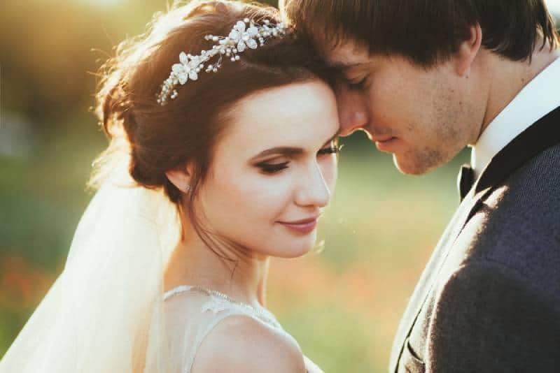 Sinnliches Porträt eines jungen Paares. Hochzeitsfoto im Freien