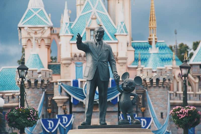Statue oder Walt Disney mit Kind