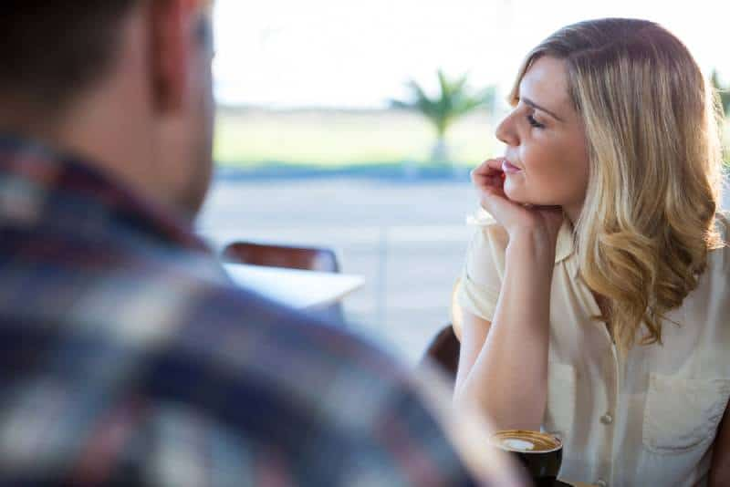 Verärgerte Frau, die im Kaffeehaus sitzt