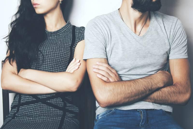 Unglückliches Paar, das nicht redet und nebeneinander sitzt