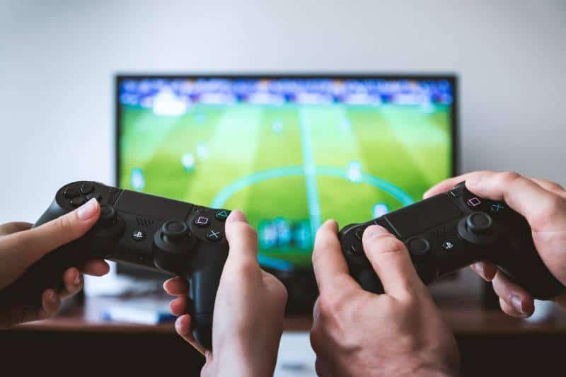 Zwei Leute spielen die Sony PS4-Spielekonsole