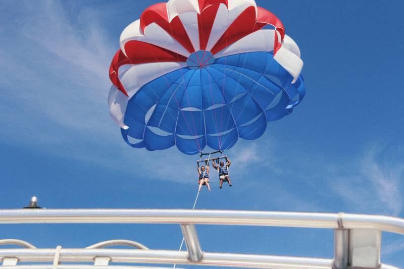 Zwei Personen machen Bootsgleitschirmfliegen