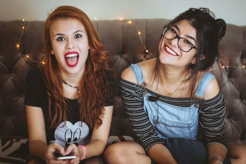Zwei glückliche Mädchen zu Hause