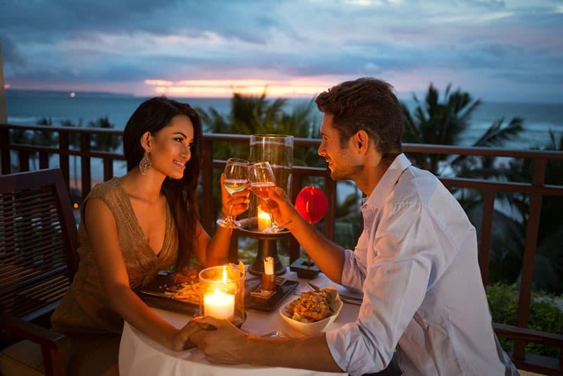 asiatische Frau auf Date mit Mann