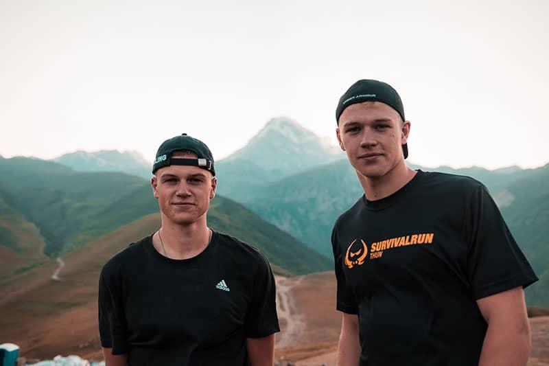 Zwillingsbrüder posieren vor der Kamera