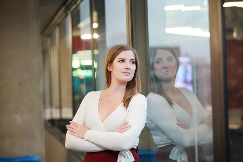achtsame Frau im Büro schaut weg