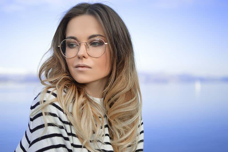 achtsame Frau mit Brille
