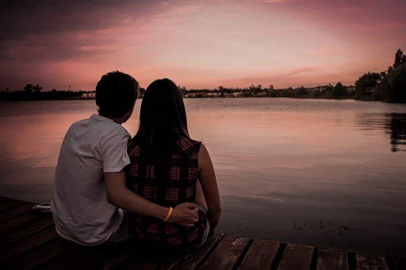 achtsames Paar am See sitzen