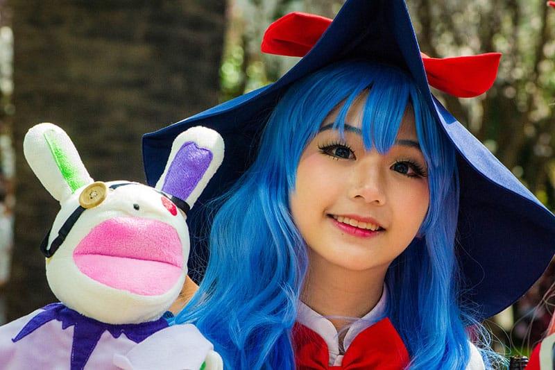 asiatische Frau, die in Disneyland arbeitet