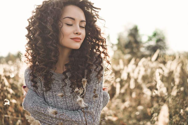 attraktive Frau posiert mit geschlossenen Augen