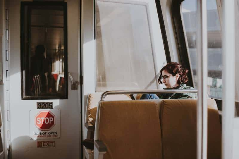 besorgte Frau sitzt im Zug