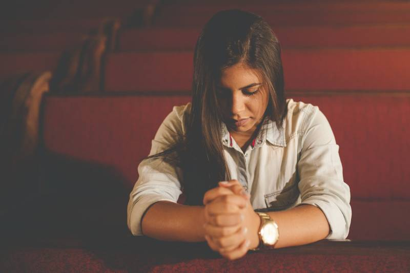 betende Frau in der Kirche