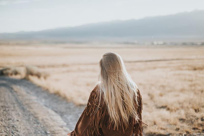 blonde Frau auf der Straße gehen