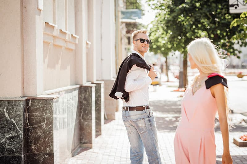 blonde Frau flirtet mit glücklichem Mann