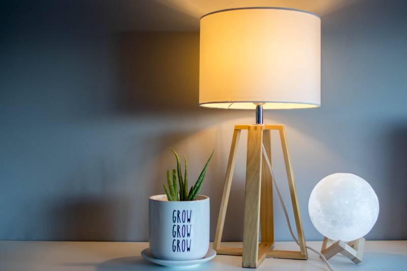 braune und weiße Tischlampe mit Licht