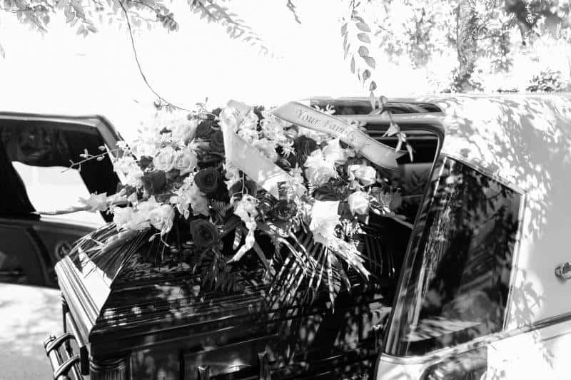 brauner Sarg im Auto