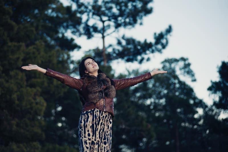 die Frau vor den Bäumen