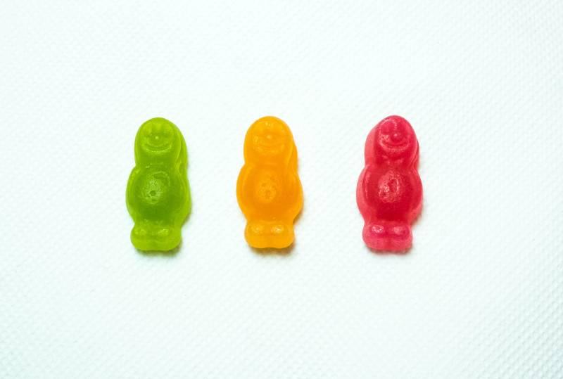 drei verschiedenfarbige Gummibärchen
