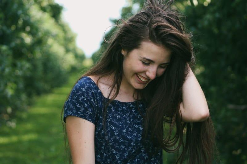 ein Bild einer Frau, die ihre Haare hält
