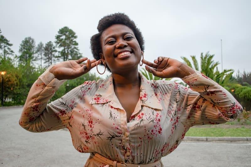 ein Bild einer Frau, die ihre Ohrringe hält