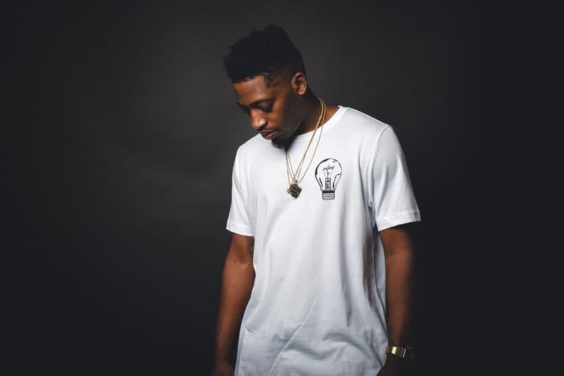 ein Mann in einem weißen T-Shirt