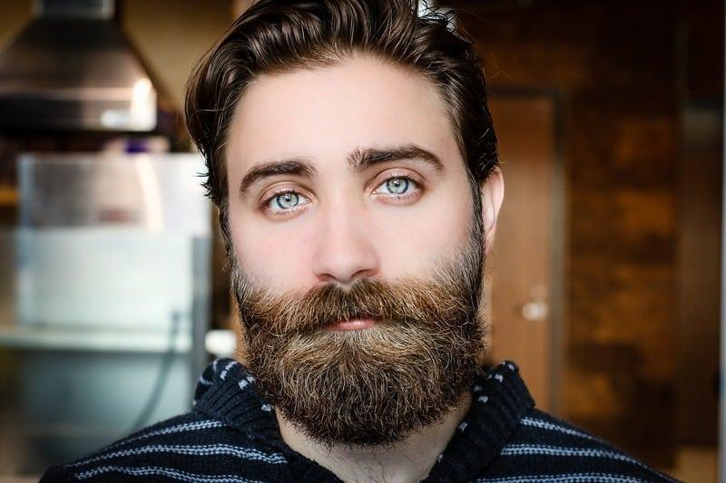 ein Mann mit einem schönen Bart