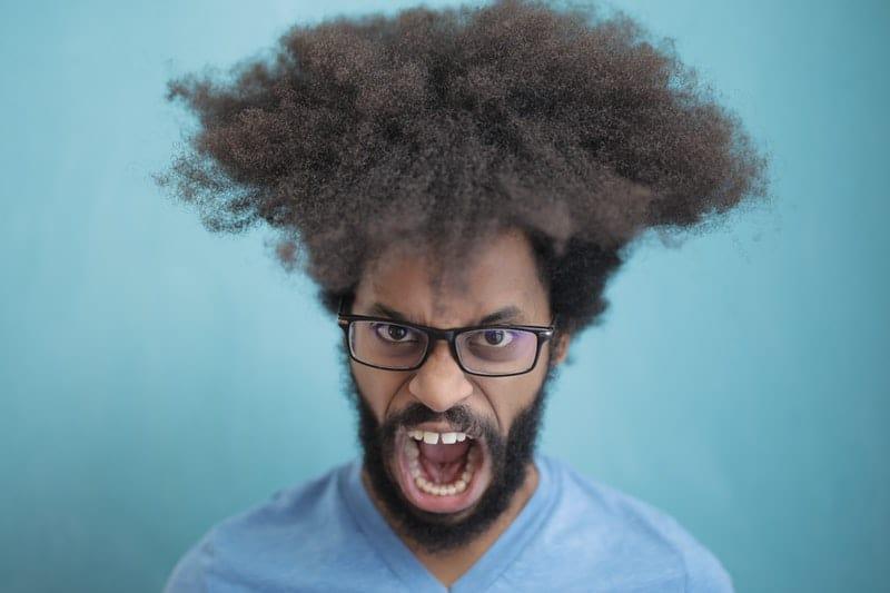 ein Mann mit lockigem Haar schreit