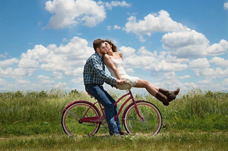 ein fröhliches Paar Radfahren