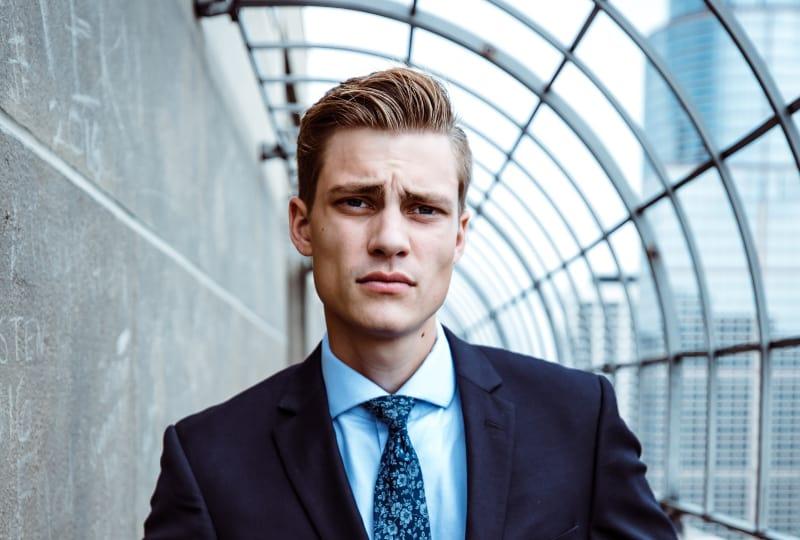ein hübscher Geschäftsmann im Anzug1