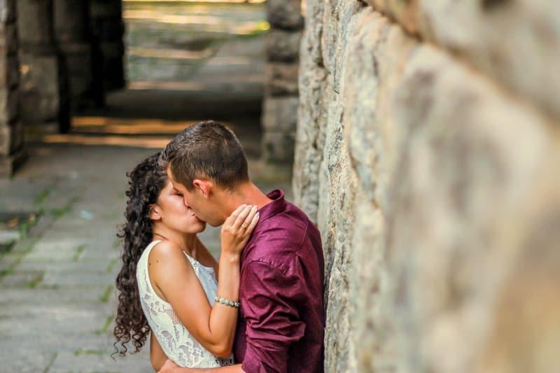 ein liebendes Paar an eine Wand gelehnt