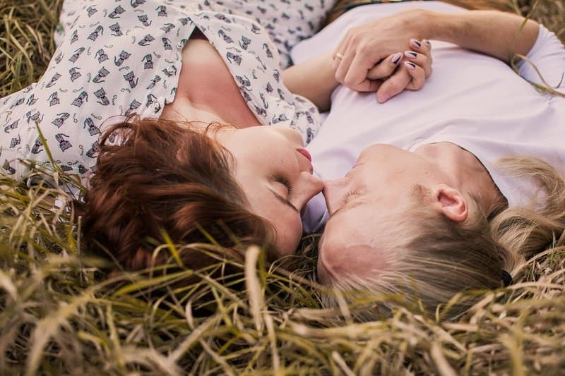ein liebendes Paar das im Gras liegt