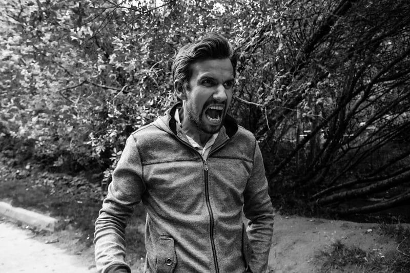 ein verärgerter Mann im Wald