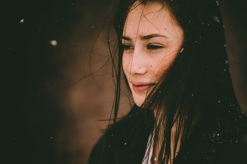 eine Frau im Schnee
