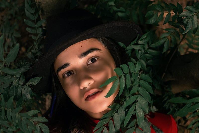 eine Frau in Blättern