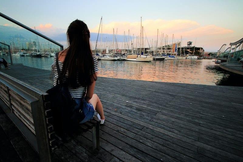 eine Frau in einem Schiffshafen