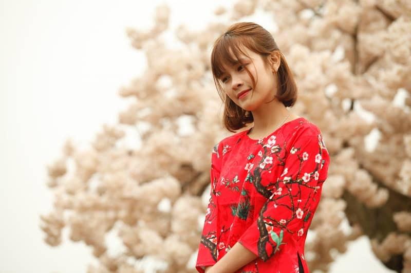 eine Frau in einem roten T-Shirt