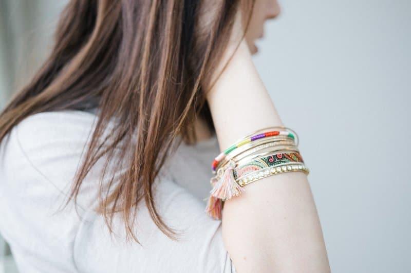 eine Frau mit Armbändern