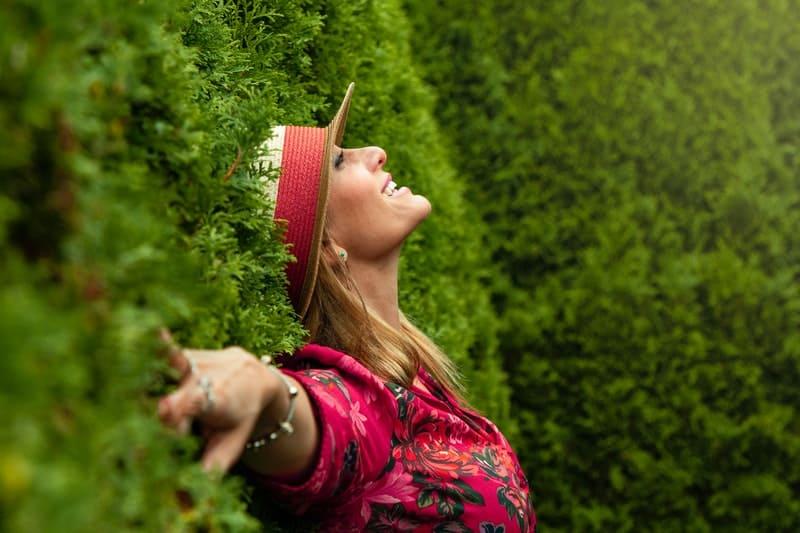 eine Frau mit einem Hut im Gras liegend