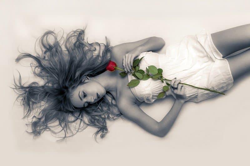 eine Frau mit einer Rose in der Hand