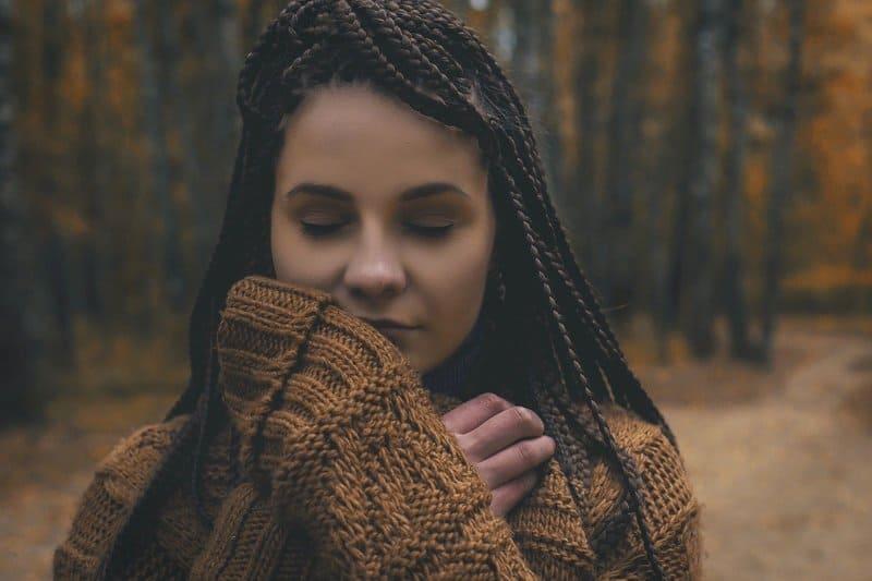 eine Frau mit geschlossenen Augen