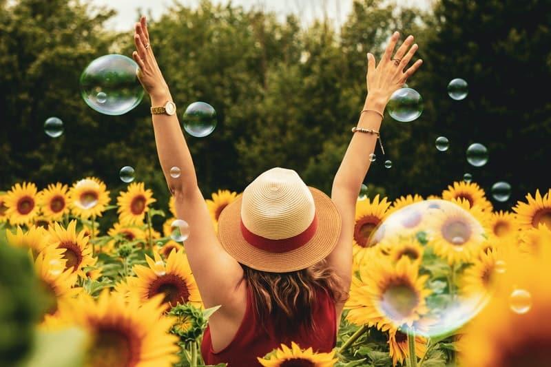 eine Frau, umgeben von Blumen