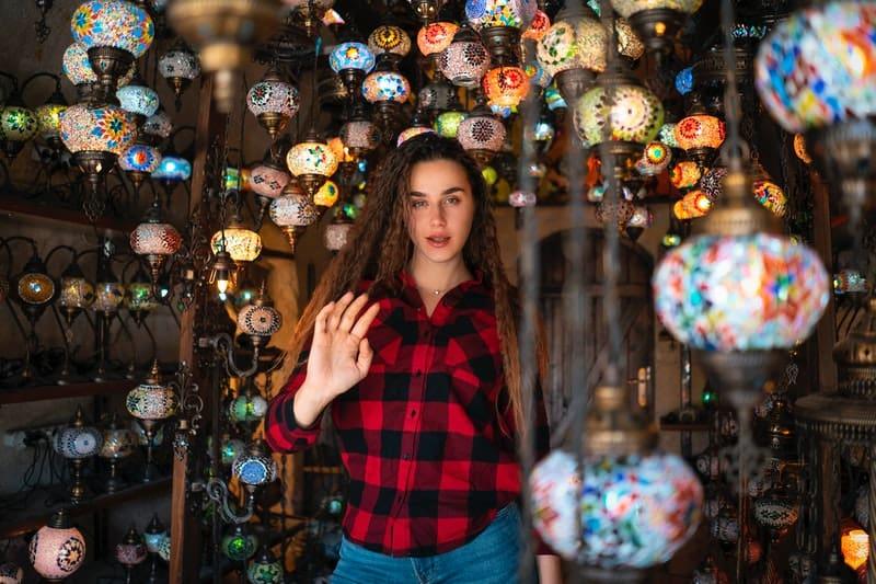 eine Frau, umgeben von Lampen