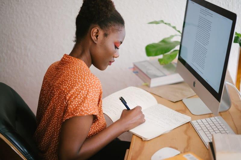 eine Frau vor einem Computer