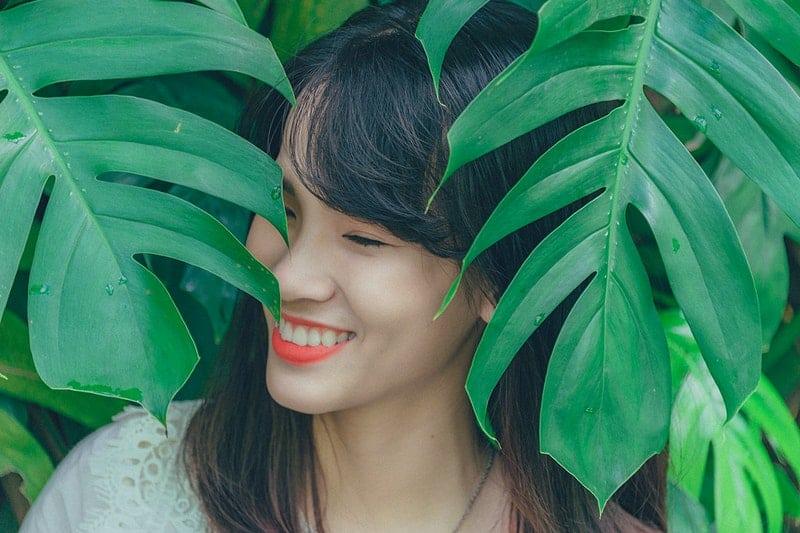 eine Frau zwischen den Blättern