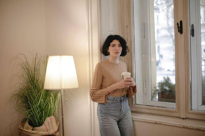 eine imaginäre Frau am Fenster